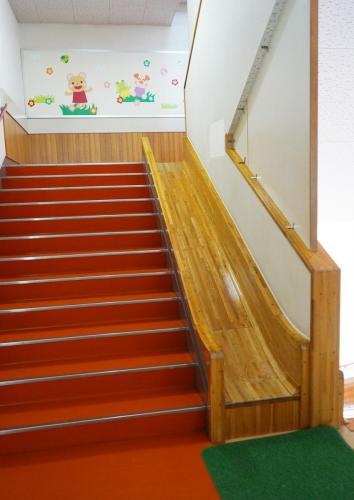 園内階段にはサイドにすべり台があります
